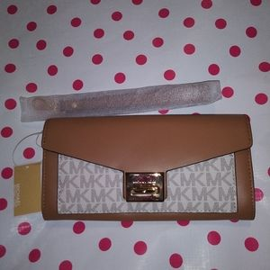 🆕Michael Kors Wristlet New with tags gorgeous